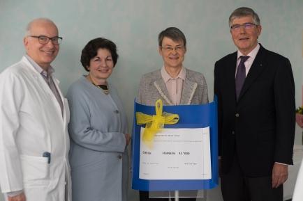 Checkübergabe an die Verantwortlichen des Spitals Schwyz